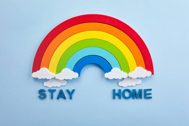 Regenbogen mit Slogan bleiben zu Hause, Bewusstsein Compaign fördern Menschen machen Selbstisolation zu Hause – Foto