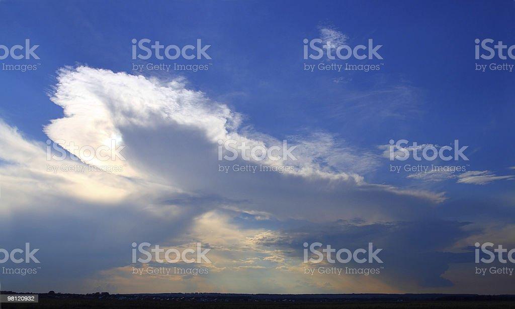Nuvole di pioggia sull'orizzonte foto stock royalty-free