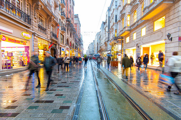 raining day in istanbul, people at the i̇stiklal avenue or istiklal street (i̇stiklal caddesi) in istanbul in turkey - бейоглу стоковые фото и изображения