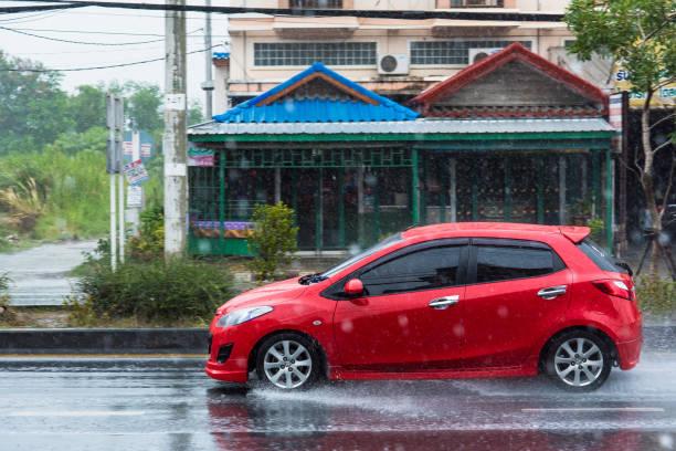 Regenwasser Besprühen von Motion Autoräder. Stadt-Straße bei starkem Regen in Nonthaburi, Thailand. – Foto