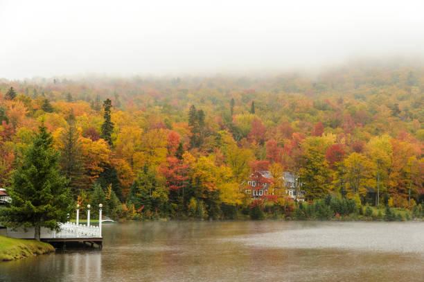 regenachtige dag op lake gloriette - dixville notch stockfoto's en -beelden