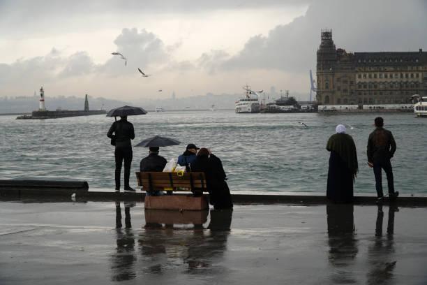 regentag in the istanbul kadiköy - regenzeit stock-fotos und bilder