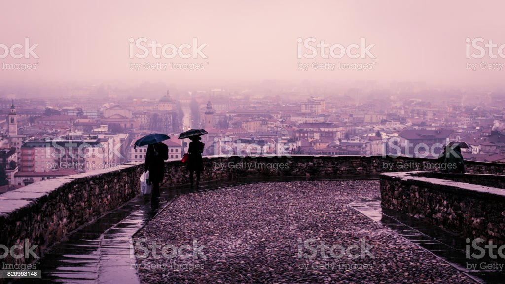 día lluvioso en Bérgamo - foto de stock