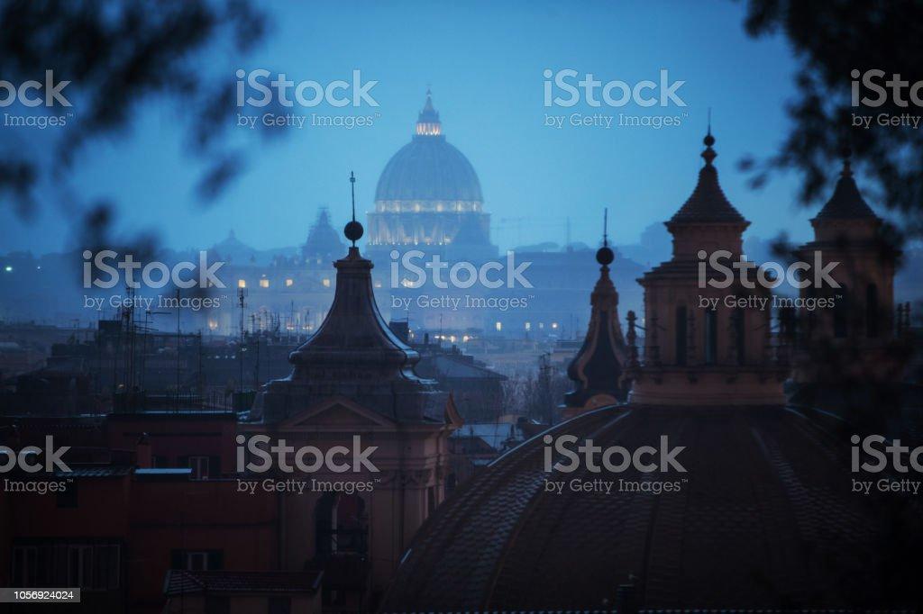 Regentag in Rom: Touristen mit Sonnenschirmen – Foto