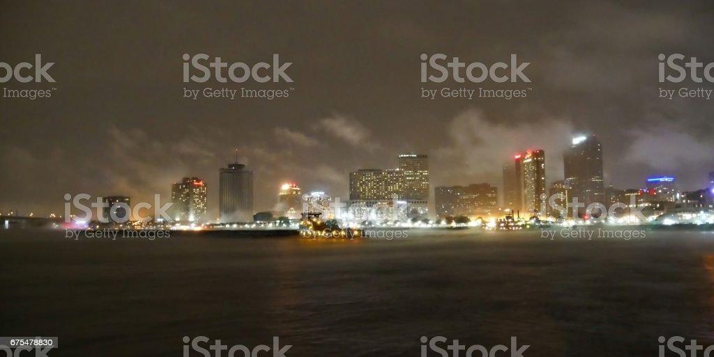 New Orleans Mississippi Nehri boyunca yağmurlu gece royalty-free stock photo