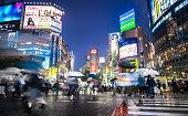 渋谷の交差点で雨の夜