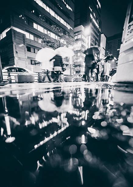 雨の日の夜に大きな都市です。 - 背景に人 ストックフォトと画像