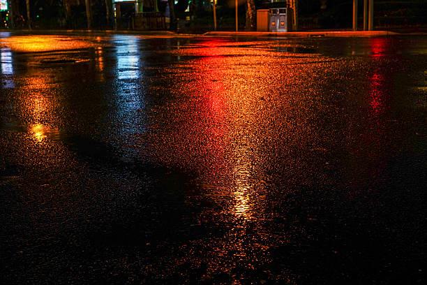 rainy night in the big city - islak stok fotoğraflar ve resimler