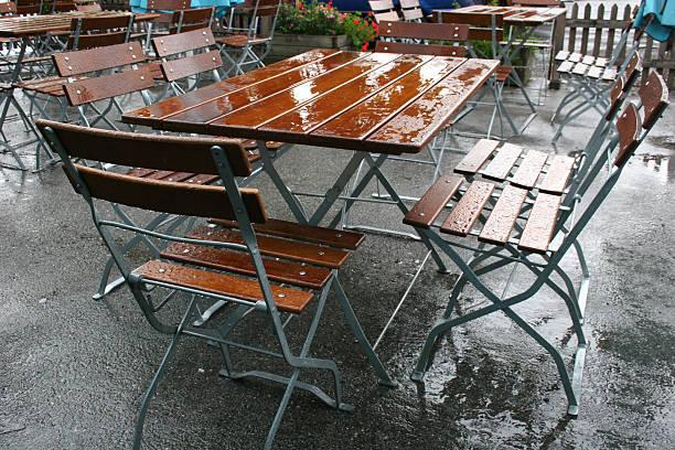 rainy sommer in einem deutschen biergarten - andreas weber stock-fotos und bilder