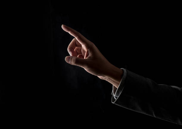 Heben Sie den Finger auf einen schwarzen Hintergrund – Foto