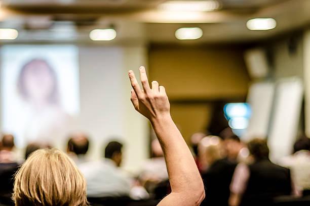 Aumento de los dedos en montaje tipo aula - foto de stock