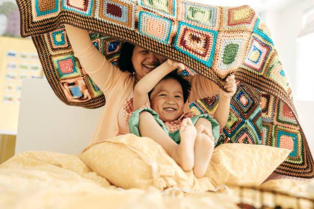 raising ein glückliches kind - jungendecken häkeln stock-fotos und bilder