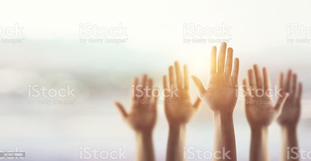 Levantando las manos para la participación, arriba las manos de muchas personas. - foto de stock