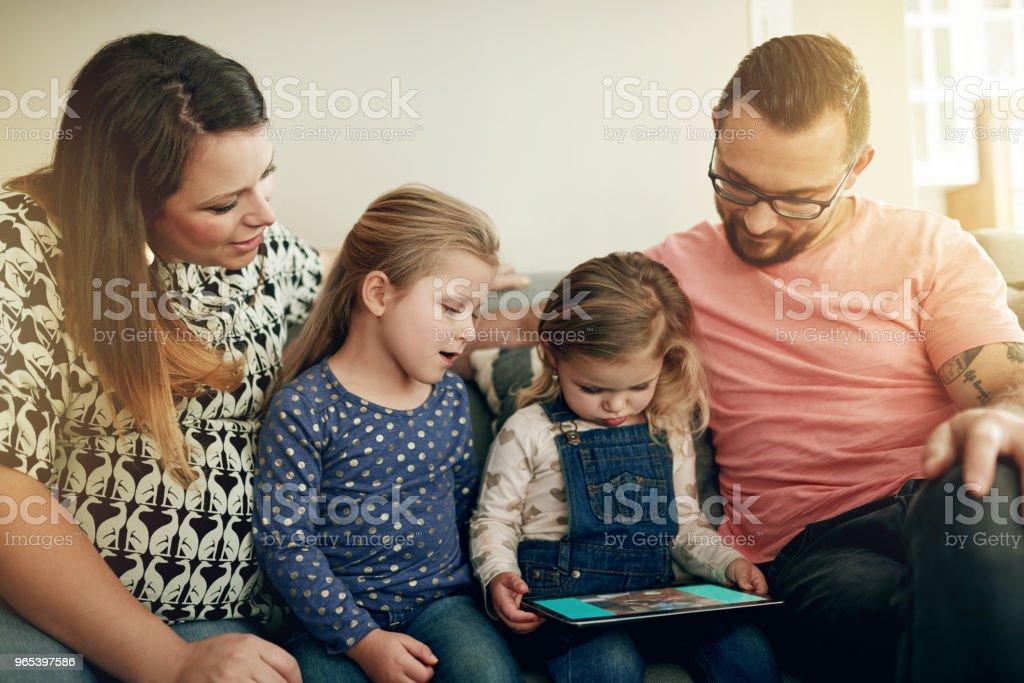 스마트 기술 정통한 아이 양육 - 로열티 프리 가정 생활 스톡 사진