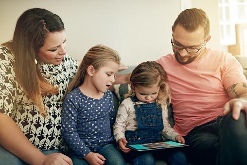 스마트 기술 정통한 아이 양육 가정 생활에 대한 스톡 사진 및 기타 이미지
