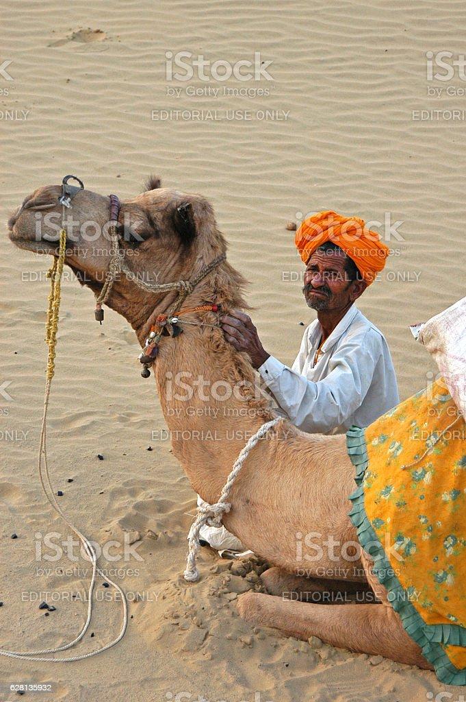 Rajastani and camel in the desert - foto de stock