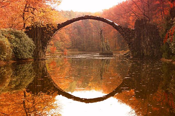 Rakotz bridge (Rakotzbrucke, Devil's Bridge) in Kromlau, Saxony, Germany. Colorful autumn - foto de acervo