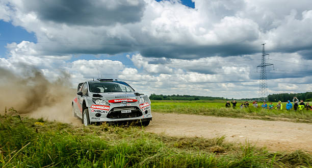 wrc rallyewagen weiter seitlich auf kies in litauen - rally stock-fotos und bilder