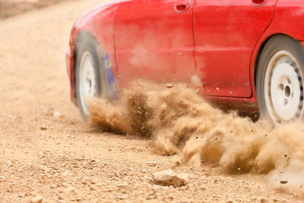 rallye auto geschwindigkeit in feldweg - rally stock-fotos und bilder