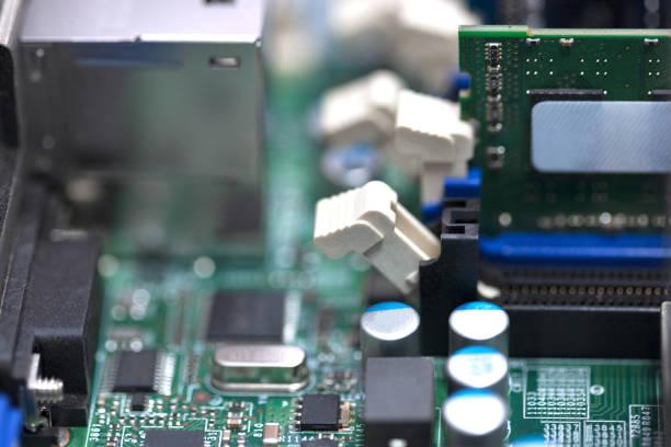 ram-speicher-chip bei server-motherboard. selektiven fokus. cloud-web-server-technologien. prüf- und repeir computer und server-ausstattung. computer-techno-konzept. - mondlandefähre stock-fotos und bilder