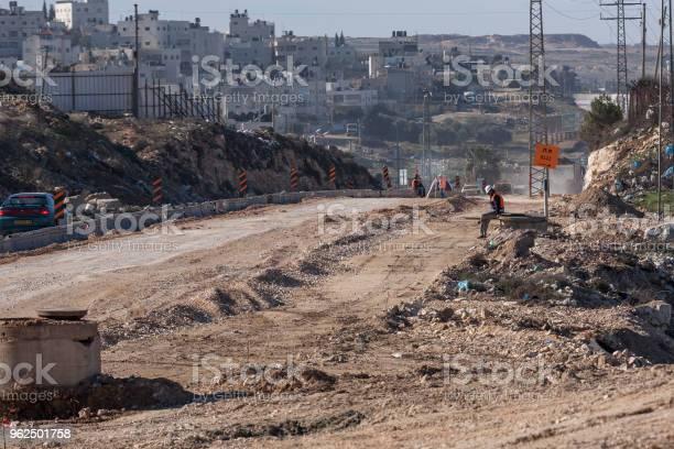 Foto de Ram Palestina 12 De Janeiro De 2011 Os Trabalhadores Estão Construindo Uma Nova Estrada Na Paisagem Seca E Desarrumada Da Palestina Na Ram e mais fotos de stock de Adulto