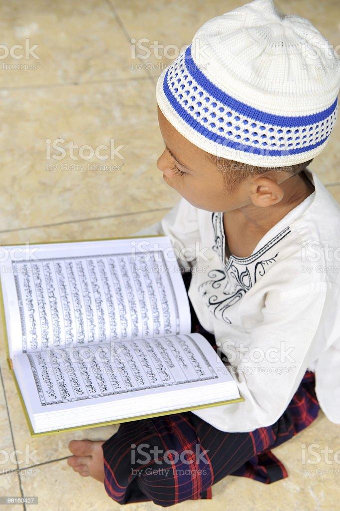 Ramadan bambino lettura Corano foto stock royalty-free