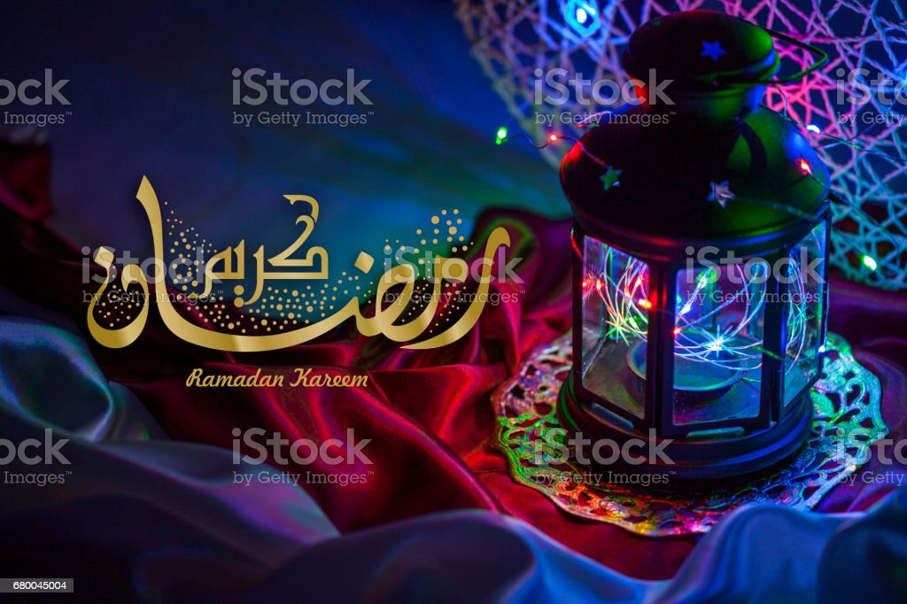 Ramadán Kareem una tarjeta hermosa árabe con caligrafía árabe - foto de stock
