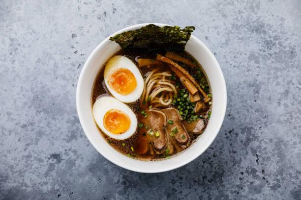 牛タン肉と ajitama 漬け玉子のスープでラーメンアジア麺をコンクリートの背景に - ラーメン ストックフォトと画像