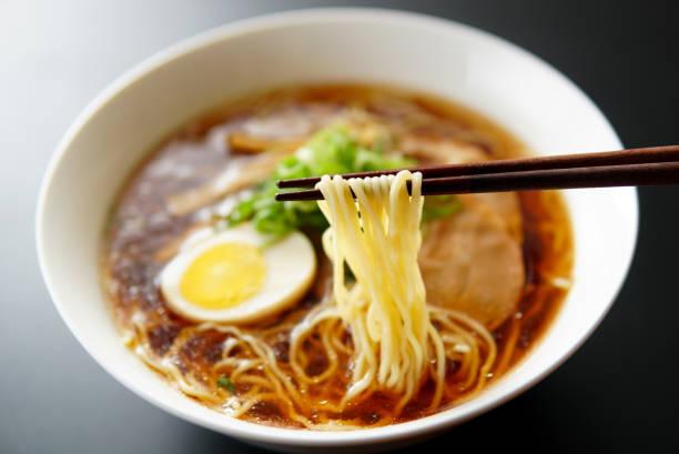 ラーメンを醤油風味のスープに。 - ラーメン ストックフォトと画像