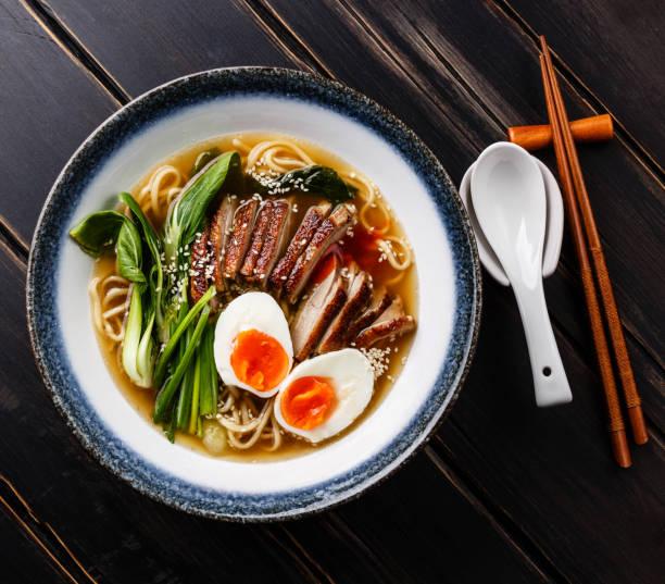 アヒル、卵、チンゲン菜キャベツ ラーメン - ラーメン ストックフォトと画像