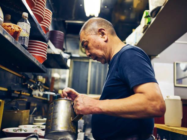東京のラーメン店オーナー - ラーメン ストックフォトと画像