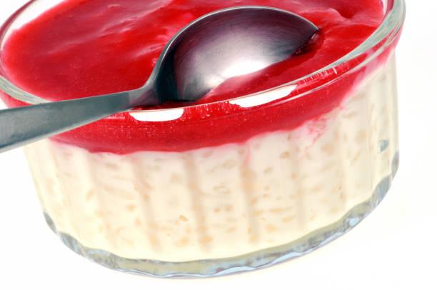 Ramequin de riz au lait avec un coulis de fraise Ramequin de riz au lait avec un coulis de fraise riz stock pictures, royalty-free photos & images