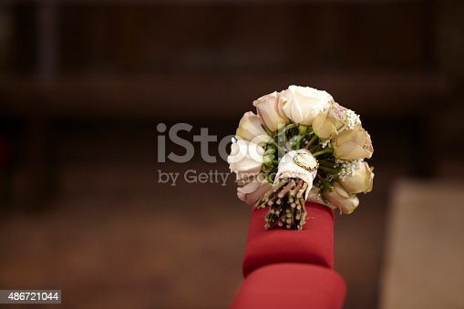Ramos de rosas visto desde abajo. Las flores están sujetas por una cinta con un camafeo. Formato horizontal. Cámara: Canon EOS 5D.