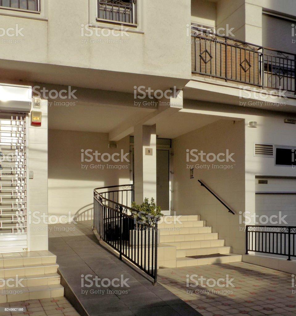 Eine Rampe für Rollstuhlfahrer am Eingang in einem Wohnhaus – Foto