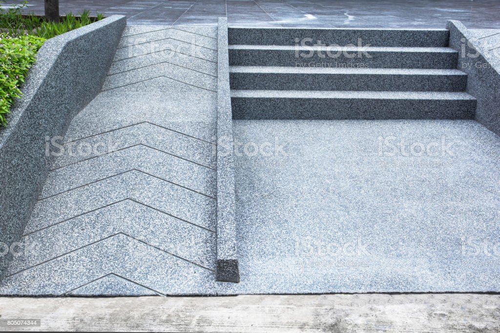 Rampe für Rollstuhl und Treppen für den normalen Menschen, die angrenzenden – Foto