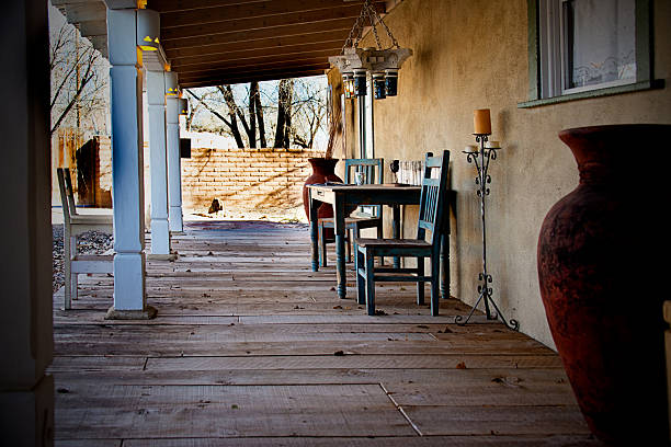 ranch house veranda, holz plank etage, southwest portico. full-frame - mexikanische möbel stock-fotos und bilder