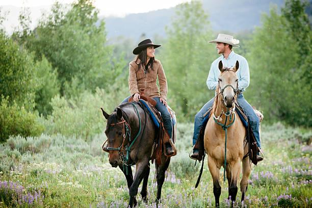 ganadero pareja, montana - equitación fotografías e imágenes de stock