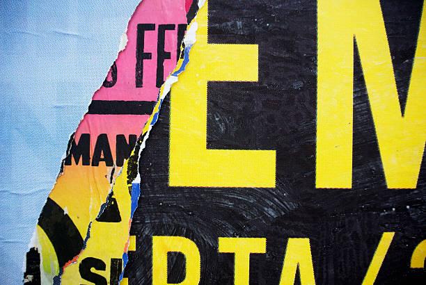 aléatoire collage de papier texture de fond de typographie sur le mur - paper art photos et images de collection