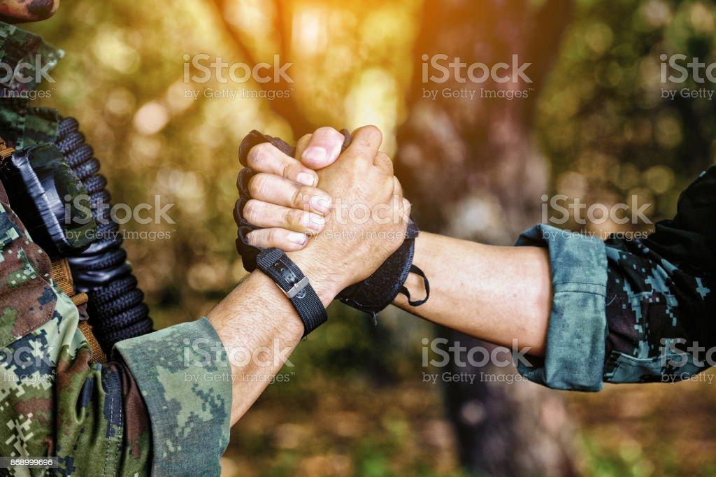 Rangers feiern Erfolg, klatschte mit Händen. Team Arbeit Konzeptbild. Soldat, Händeschütteln. Menschen und militärisches Konzept – Foto