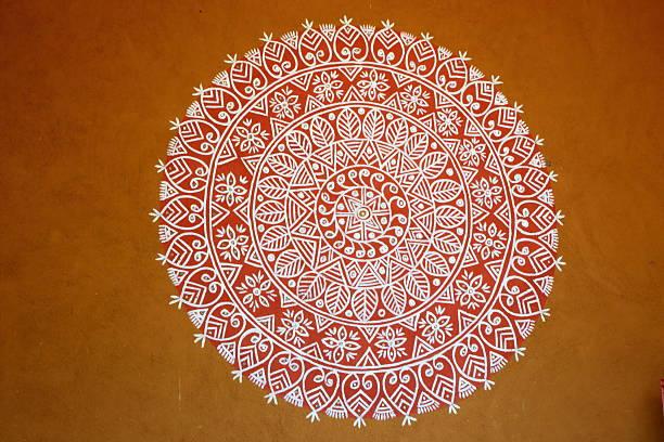 rangoli- eine indische traditionelle kraft ziehen - indianer make up stock-fotos und bilder