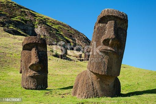 Rano Raraku är en slocknad vulkankrater på Påskön. Från bergsidan på denna vulkan höggs de stora statyerna, Moai, som finns runt om på ön.