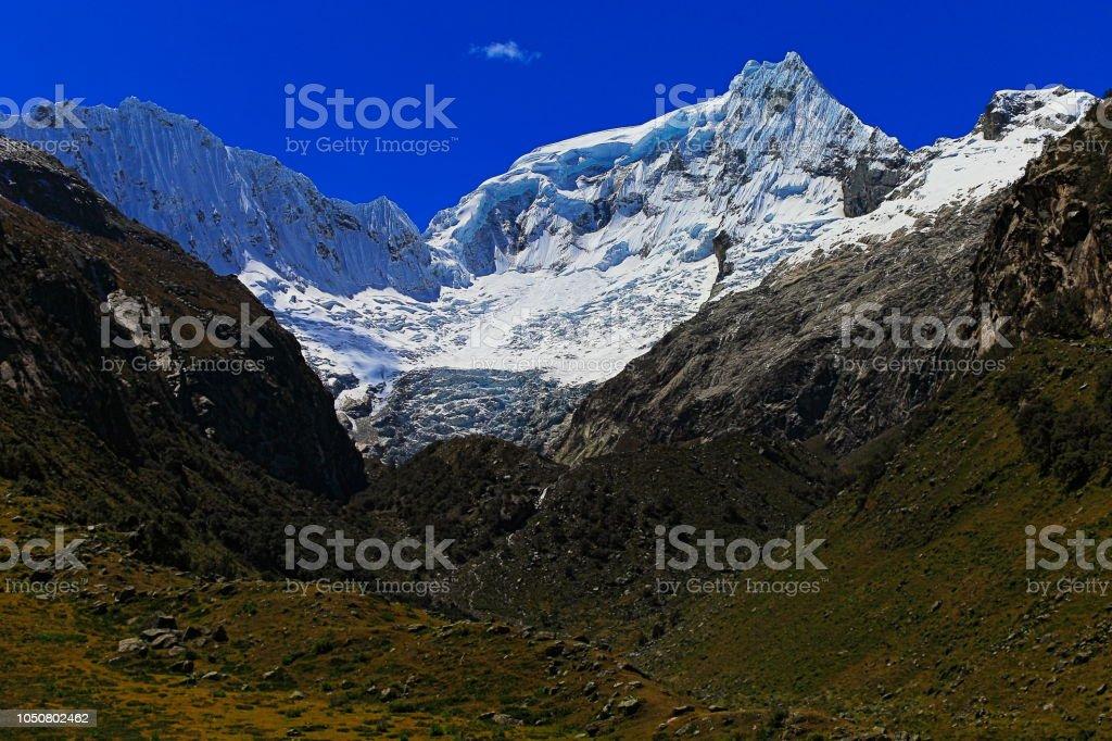 Ranrapalca (6162 m) e o glaciar Llaca - Cordilheira Blanca - Andes de Ancash, Peru - foto de acervo