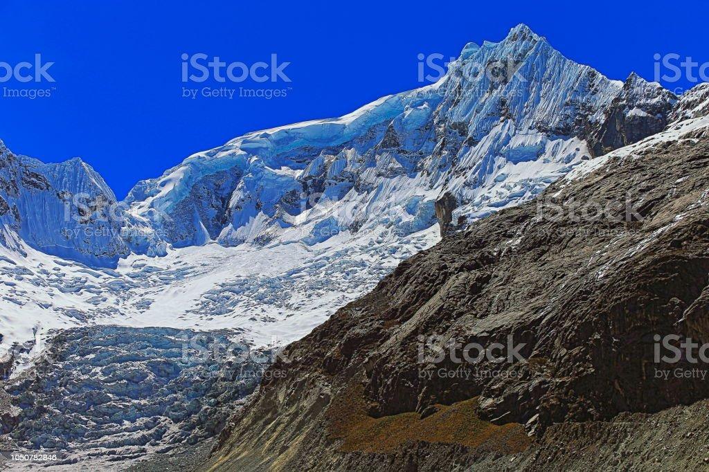 Ranrapalca montanha - glaciar de Llaca e cobertas de neve Cordilheira Blanca - Cordilheira dos Andes de Ancash, Peru - foto de acervo