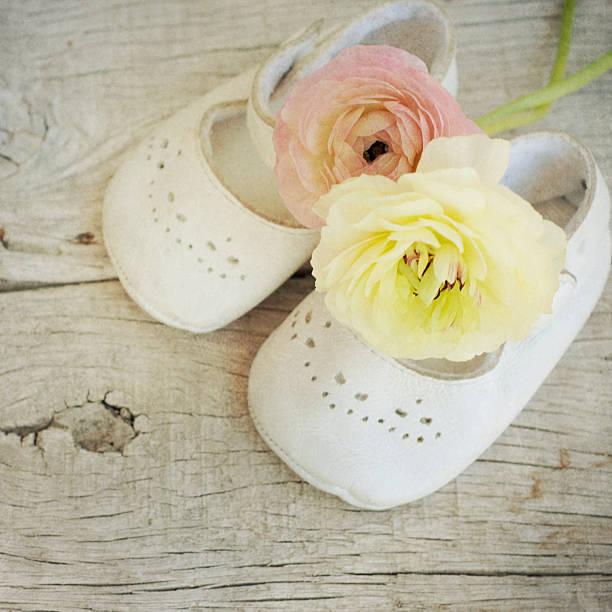 ranunkel blumen bouquet - geschenk zur taufe stock-fotos und bilder