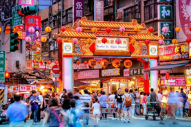 raohe street night market in taipei, taiwan. - insel taiwan stock-fotos und bilder