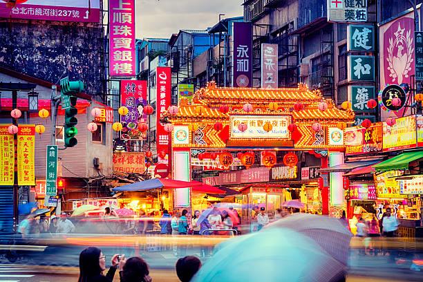 raohe street night market in taipei - taiwan. - avondmarkt stockfoto's en -beelden