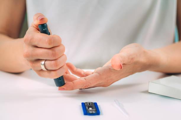rapid covid19 finger prick antibody test - covid testing zdjęcia i obrazy z banku zdjęć