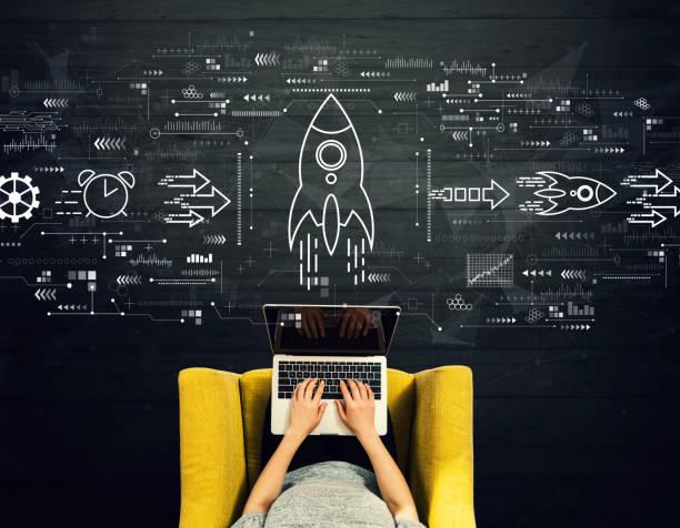 ラップトップを使用する人との急速な成長コンセプト - ロケット ストックフォトと画像