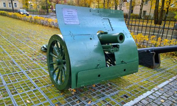 rapid-fire mountain gun of the danglis-schneider system, model of 1909 year, caliber 76.2 mm. it was used by the russian imperial army. greek designed. - via monte napoleone foto e immagini stock