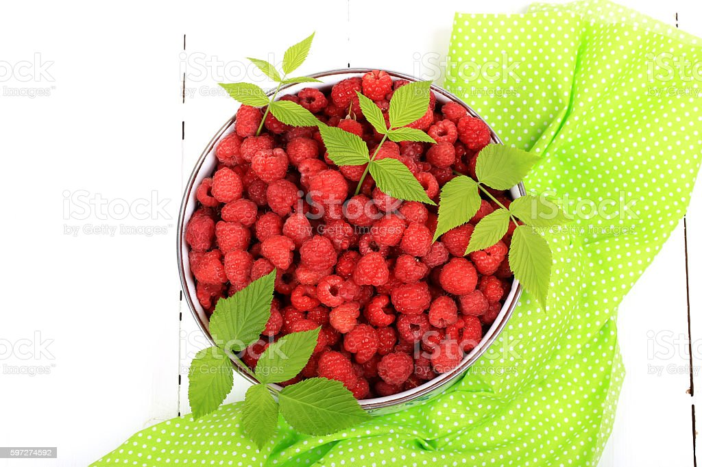 raspberries in a bowl on a white wooden background photo libre de droits